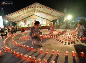 Thắp nến cầu nguyện tại Lễ hội hoa đăng chùa Tây Thiên