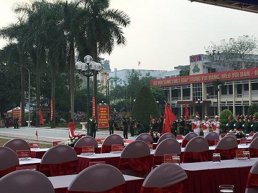 Thượng tướng Phan Văn Giang nhận hoa chúc mừng / sự kiện nguyễn an
